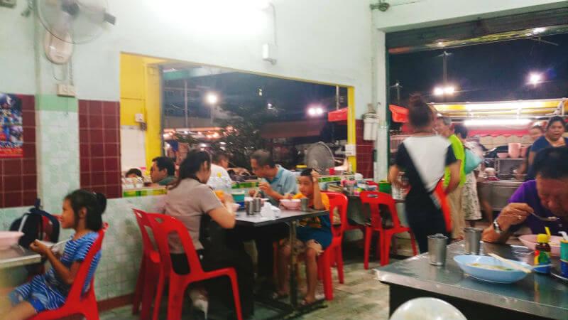 オーンティップロット | 魚のつみれが美味しい旧市街内の麺屋さん