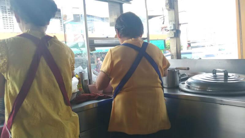 カオソーイが美味しいローカル市場の麺屋さん。