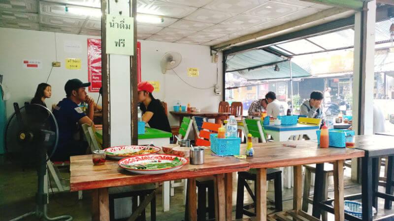 ガパオタート | กะเพราถาดチャンプアックエリアの大盛りガパオ店