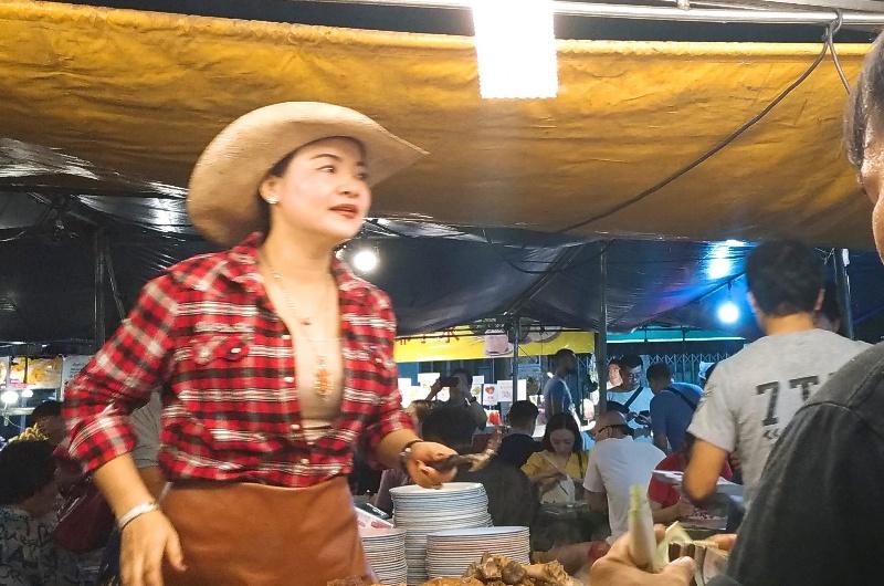凤飞飞猪脚饭 | テンガロンハットのお姉さんが目印の豚足煮込み屋台