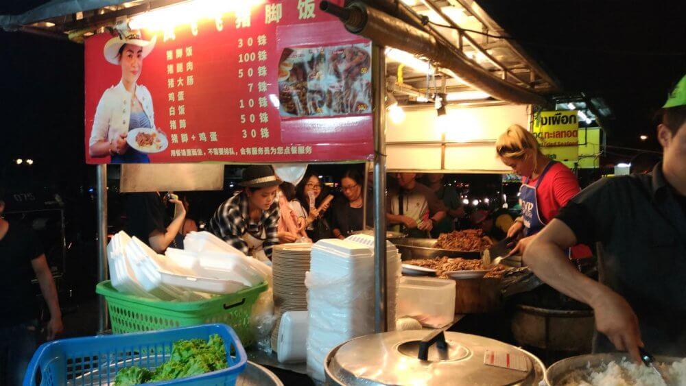 凤飞飞猪脚饭 | チャンプアック市場の人気カオカーム屋台