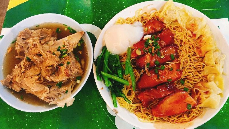 ซุ้มเฮียฮ๋ง ローカルに大人気の名物おやじがいる麺屋さん。